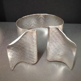 Luxe relatiegeschenken van Artihove - Fotini, armband open - LIAM000020