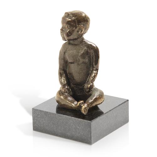 Luxe relatiegeschenken van Artihove - Sculptuur Babygeluk zittend - 011114MSL kopen in de Artihove sculpturen shop - 011114MSL
