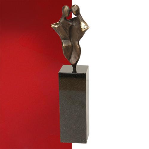 Luxe relatiegeschenken van Artihove - Sculptuur - Brons - Met elkaar de schouders eronder zetten - 018191MSBQ kopen in de Artihove sculpturen shop - 018191MSBQ