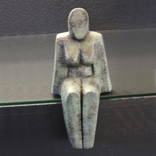 Luxe relatiegeschenken van Artihove - Geschenk Lamers, zittende vrouw klein - GIU002830 kopen van Artihove | Alle tuinbeelden - GIU002830